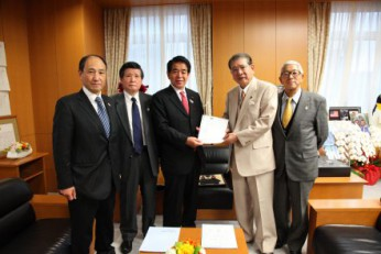 JKF PRESIDENT SASAGAWA VISITS MEXT MINISTER SHIMOMURA AND SUBMITS PETITION FOR INCLUSION OF KARATE AS OFFICIAL 2020 OLYMPIC EVENT